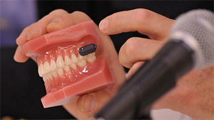 Denture which improves hearing